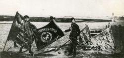 Po bitwie – polscy żołnierze ze sztandarami zdobytymi na bolszewikach.
