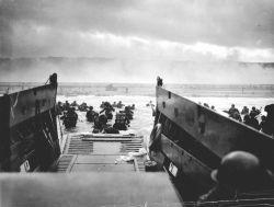 6 czerwca 1944, amerykańskie oddziały desantowe lądują na plaży Omaha. Jedno z najsłynniejszych zdjęć II wojny światowej.